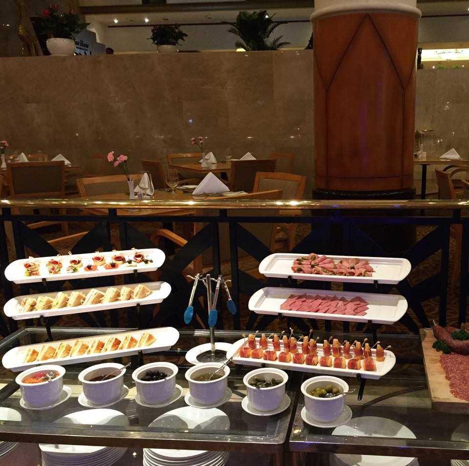 Quầy buffet hải sản tôm hùm Tp.HCM tuyệt vời tại khách sạn năm sao Lotte Legend Sài Gòn.