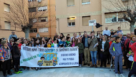 Padres, alumnos, vecinos y representantes políticos de Olula, unidos por el mantenimiento de las paradas del autobús escolar, el pasado 3 de febero.