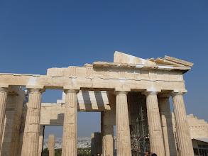 Photo: Réparations récentes: les parties blanches ne sont pas du ciment, il s'agit bien du marbre de la même origine que celui du monument qui a jauni au fil des siècles.