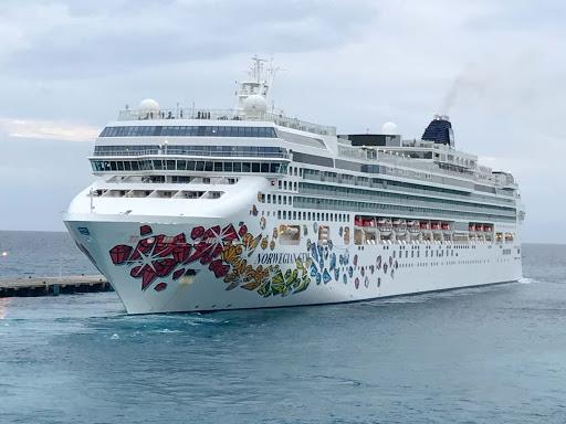 Norwegian Gem departing St. Maarten.