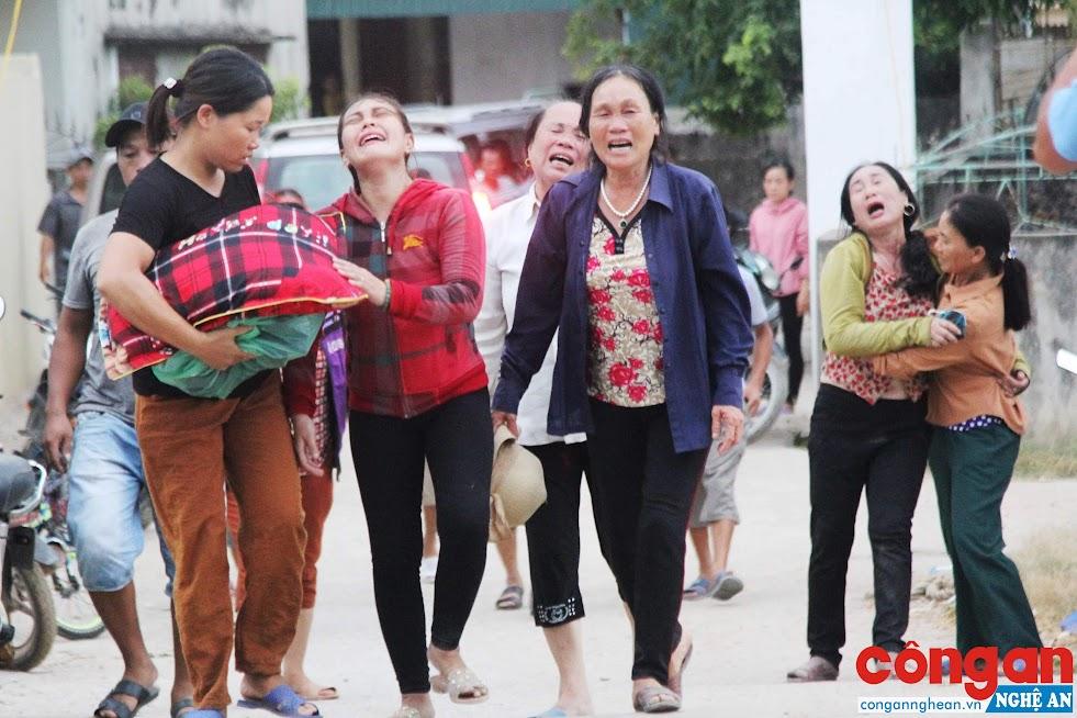 Những người phụ nữ làng biển thất thần, hoảng loạn trước nỗi đau quá lớn - Ảnh: Hồ Hưng