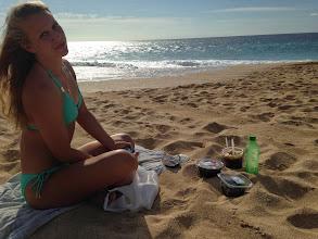 Photo: Piknik rannalla. Paikallinen herkku Poke -kala tuli testattua.