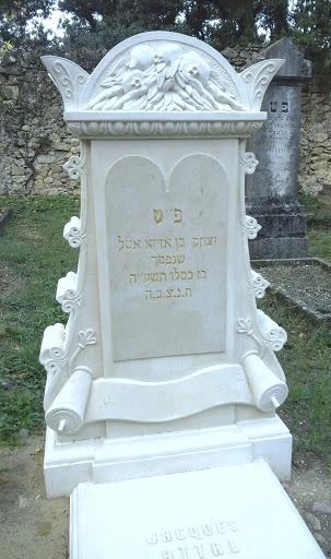 Tombe personnalisée sculptée en pierre de taille avec symboles judaïques et ornements végétaux