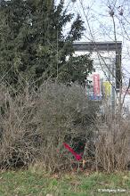 Photo: Markierungspfahl im Grüngürtel entlang der Pragstraße B 10 gegenüber Honda