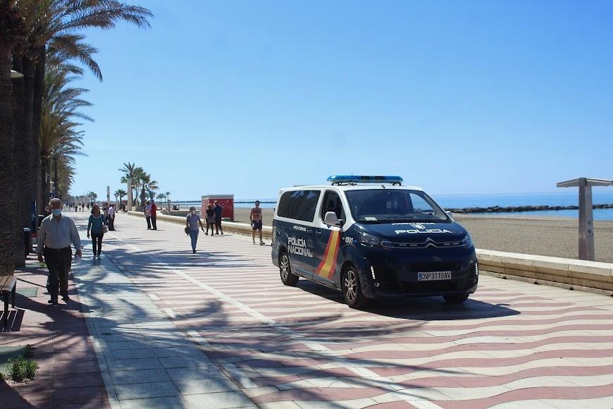 La Policía Nacional patrullando en el Paseo Marítimo.