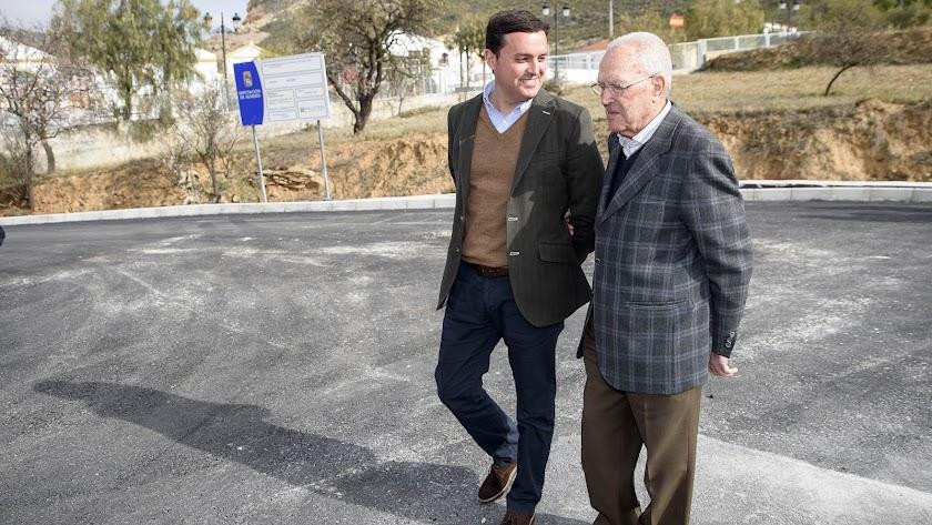Javier A. García junto al alcalde de Chercos, José Antonio Torres.