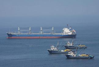 Photo: Bolicheras y carguero en las afueras del puerto de Matarani Quilca - Matarani 23-25 de Nov. (2013)