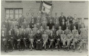 Photo: 1934 RK Jonge Boerenstand afdeling Princenhage ter gelegenheid van het 12,5-jarig bestaan tegen zijgevel van het patronaat.
