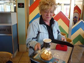Photo: Riet met koffie en appelgebakje