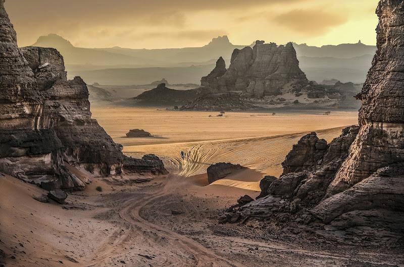Gli spazi senza tempo del deserto di Pensatore