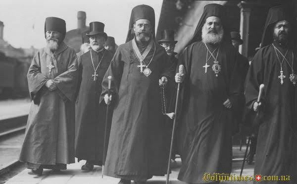 Представники Константинопольського патріархату на платформі Головного залізничного вокзалу Варшави. Вересень 1925 р.