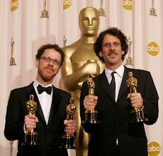 """Photo: Os irmãos Coen: Ethan & Joel Coen levando seus oscars por """"Onde os Fracos Não tem Vez"""".  http://filmesclassicos.podbean.com"""