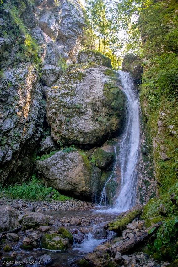 Водопад, высотой примерно в 3 метра, Абхазия