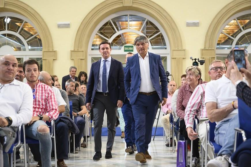 llegando con el presidente de la Diputación.