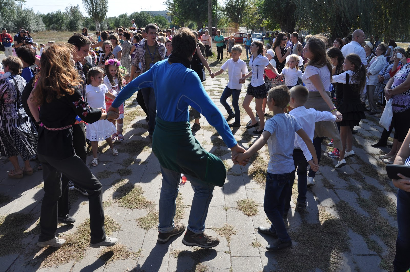 Volunteers playing with the children Photo: New Donbas