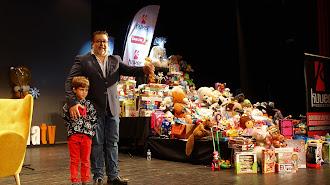 Alfredo Casas, periodista de la Cadena SER, ante los 2.500 juguetes donados.