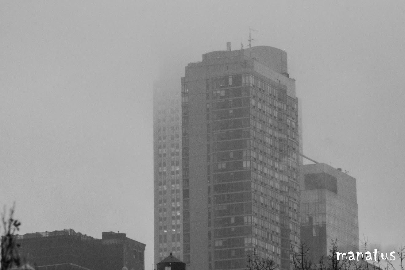 edificio entre nubes
