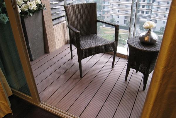 bàn ghế ban công giả mây đẹp kết hợp sàn gỗ