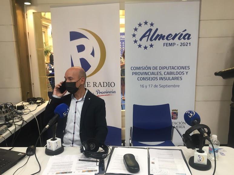 Radio en directo para retransmitir la reunión.