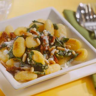 Gnocchi in Spinatcreme-Sauce mit sonnengetrockneten Tomaten