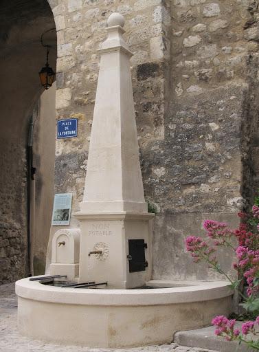 Fontaine du portail dans la villGrand Rue de la ville de Donzère Drome Provençale