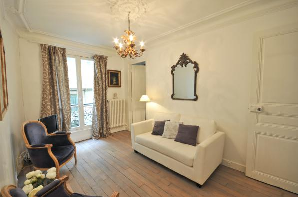 2 Bedroom Apartment in Louvre & Les Halles living room