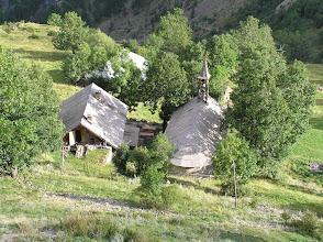 Photo: Dormillouse toits de l'école à Gauche, du temple à droite