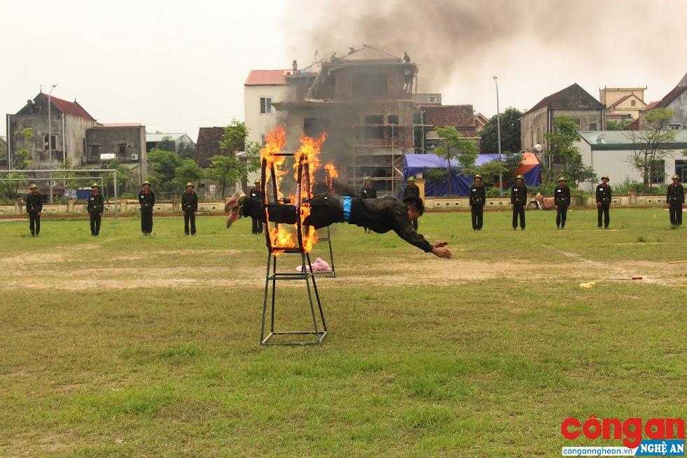 Cán bộ chiến sĩ Cảnh sát cơ động huấn luyện võ thuật trên thao trường