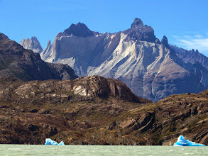 Photo: Iceburgs on Glacier Grey below the back side of Los Cuernos