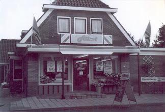 Photo: Attent winkel aan de Stationsstraat Aaltien Heersping-Lanjouw begon in 1899 een kruidenierswinkel aan de Stationsstraat, nu nr. 12. Dit pand is in 1952 afgebroken. Arent Okken en zijn vrouw Roelfien Okken- Heersping namen de winkel in 1920 over. In 1935 werd er een nieuwe winkel gebouwd, nu Stationsstraat 14.