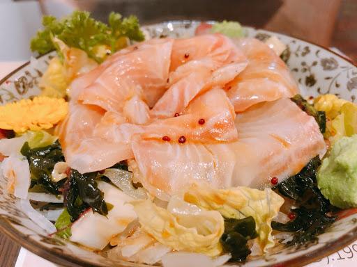 「非常」好吃 玫瑰海藻生魚片-微酸Q彈 比目魚握壽司-入口即化 炒豬肝-令人感動 無可挑剔 值得一再回訪 5顆星