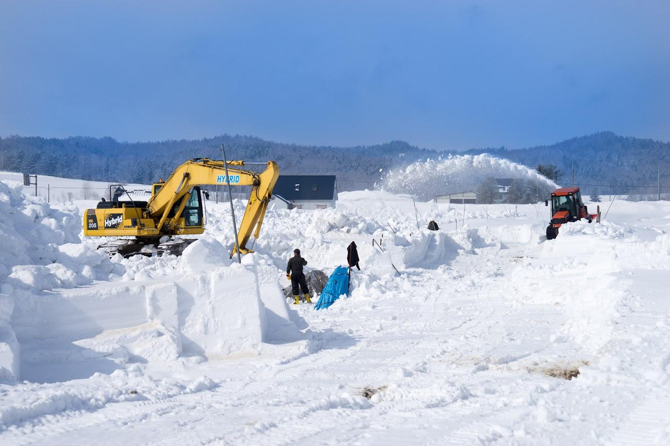 ブルドーザー、ユンボ、トラクター総動員の除雪作業