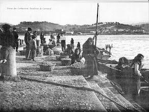 Photo: Escaleiras de Carrascal. Aquí as mulleres facendo de carrexadoras e posiblemente de regateiras. Semellan que están carrexando berberechos.