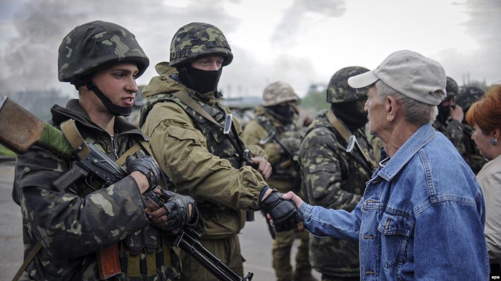 Жителі Слоав'янська зустрічають українських військових, які зсільнили місто від бойовиків