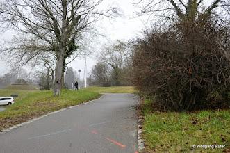 Photo: Markierung auf dem Weg zum Leuze, hinten die Hängebrücke über die B14 beim Schwanentunnel