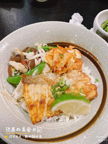 參加腹肌派對🥳 意外找到一家日本料理店 點了 🌟烤鮭魚丼飯  🌟鰻魚飯  餐點附小菜、湯、與甜點  平價好吃😋