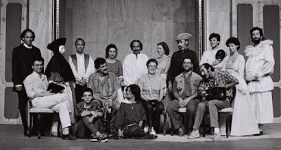 """Photo: Teatro da Rainha nos ensaios para a peça """"Os Rústicos"""", de 1987"""