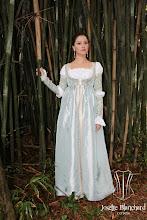 Photo: Vestido Renascentista Italiano datado por volta de 1400 em tafetá e brocado com detalhes em galões e ilhóses com amarração. A partir de R$ 400,00.