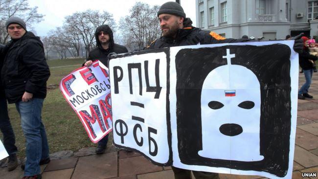 Во время акции в поддержку арестованных архитекторов Александра Горбаня и Алексея Шемотюка, обвиненных в попытке поджога незаконно построенного здания УПЦ (МП) возле фундамента Десятинной церкви. Киев, 3 февраля 2018 года