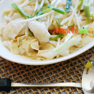 SAN LAU HOR FUN / CANTONESE-STYLE FLAT RICE NOODLES WITH FISH AND BEAN SPROUTS