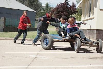 Spielende Kinder in Avontuur
