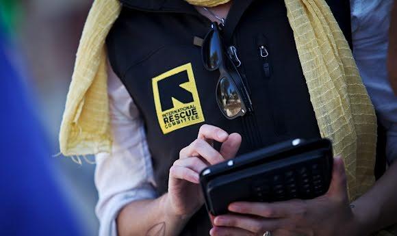 Une intervenante du Comité international de secours accède à Refugee.Info sur sa tablette.