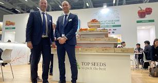 Los responsables  de Top Seeds posan delante del stand de la marca en la Messe Belin.