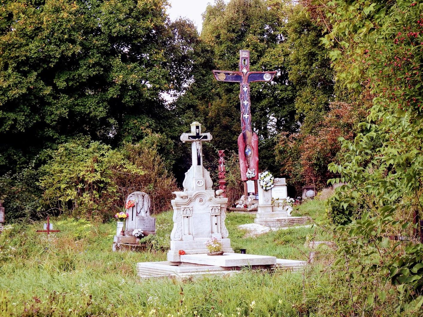 Pilisszántó - Boldog Özséb sírja és Pálos kereszt a régi temetőben