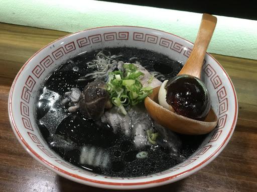 每日限定十碗的烏骨雞湯拉麵,跟一般烏骨雞湯喝起來味道更醇厚,記得搭配茶水喝,以免牙口染黑