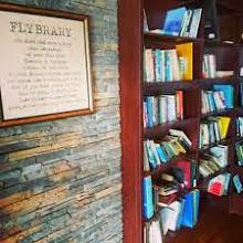 Photo: Domingo de libros, domingo de Ruta Librera   Sé que cada domingo viajamos a un lugar del mundo para encontrar una librería. Hoy vamos a dirigirnos a un aeropuerto, en lugar de hacerlo a una librería. Y lo hacemos para conocer un concepto diferente. Viajamos al aeropuerto de Cape Town para conocer su Flybrary  Cuando uno pasea por un aeropuerto suele encontrarse la típica librería llena con los best sellers del momento, normalmente en un par de idiomas, más si es una gran terminal. Sin embargo, o precisamente porque no siempre son libros de nuestro gusto, o acaso porque van fuera de la maleta, es sencillo perderlos u olvidar que los hemos leído. Así nace la Flybrary. Cuando uno entra encuentra un interior forrado en madera, una chimenea y estantes atestados de libros que bien pudiera parecer que se venden, pero nada más lejos de la realidad. En la Flybrary a lo que se nos invita es a hacer un intercambio: dejamos un libro y cogemos otro, invitamos a alguien a descubrir ese libro que tenemos entre manos mientras optamos por elegir uno nuevo para continuar nuestro viaje, o tal vez para volver a casa. Se convierte así en una gran biblioteca de intercambio, como las que existen en algunas ciudades y que tan bien funcionan a partir de los donativos y trueques de quienes las visitan, pero con una peculiaridad: su tremenda variedad de géneros e idiomas. Un lugar que nos puede aparecer prácticamente vacío en una visita y atestado en la siguiente, ya que funciona a partir de las visitas de los que nos consideramos amantes de las letras.   No me diréis que no estaría bien tener un lugar así en nuestra propia ciudad...  Fotografías: http://pinsta.me/