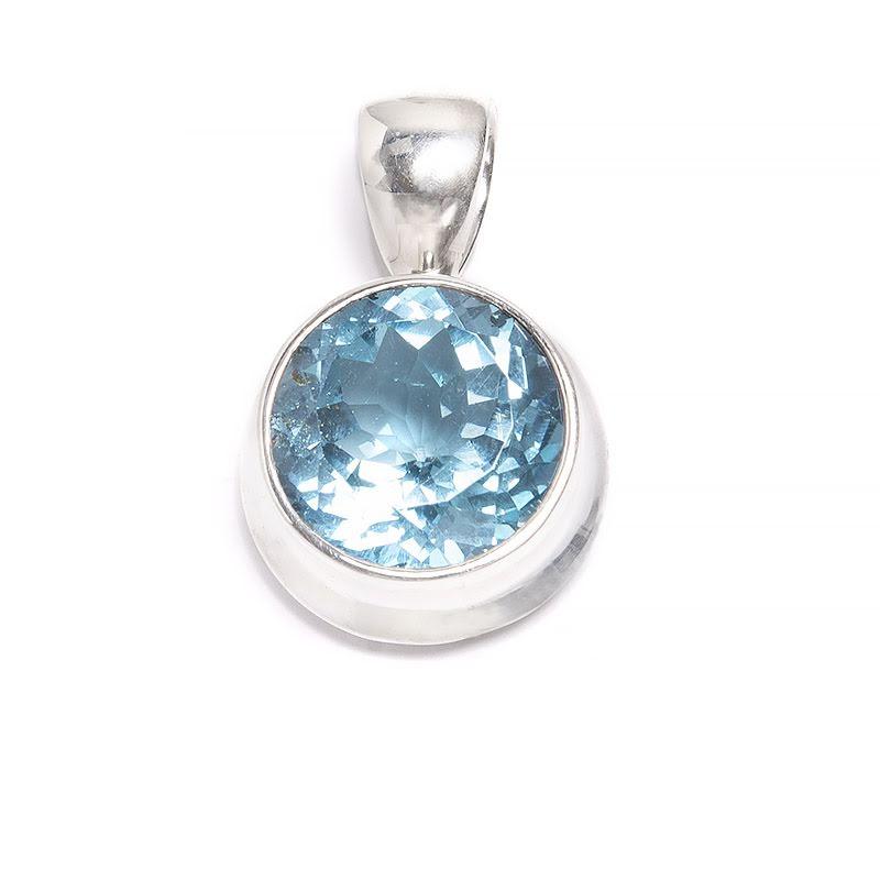 Blå topas runt hänge med slät silverinfattning
