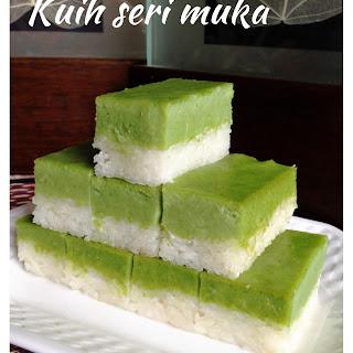 Coconut Pandanus Custard Glutinous Rice Cake – Kueh Salat or Kueh Seri Muka (香兰椰香糯米蒸糕)