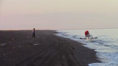 Photo: Le Rameur des Glaces arrive sur la plage de Kivalina, Alaska