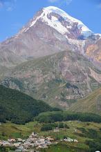 Photo: Góra widziana z Kazbegi robi ogromne wrażenie.